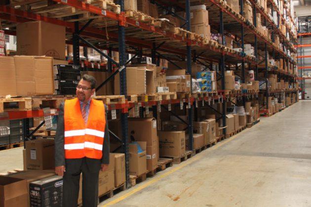 Pau Chaves, director comercial de Candelsa, en el almacén