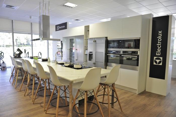 Grupo electrolux estrena sus showrooms en sus oficinas centrales marr n y blanco - Oficinas bosch madrid ...